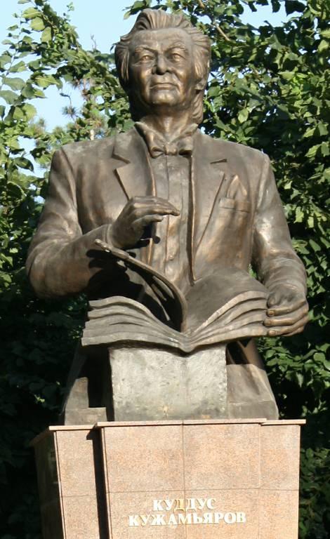 KUZHAMYAROV estatua